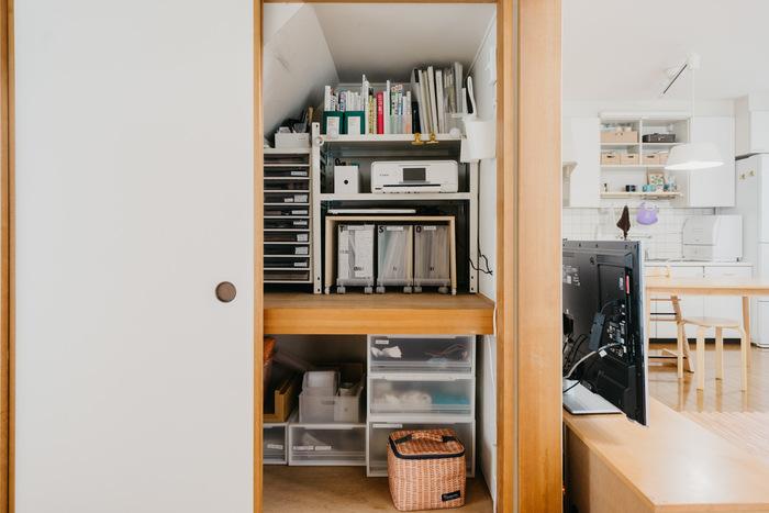 本棚とデスクを処分して、押入れの中に収納。押入れは奥行きが広いものですが、あえて手前に物を置かないほうが使いやすい場合もあります。