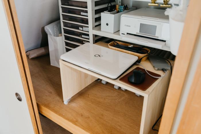 台を手前に引き出すと、パソコンデスクが登場。収納スペースを確保しつつ使い勝手もよいアイデアですね。