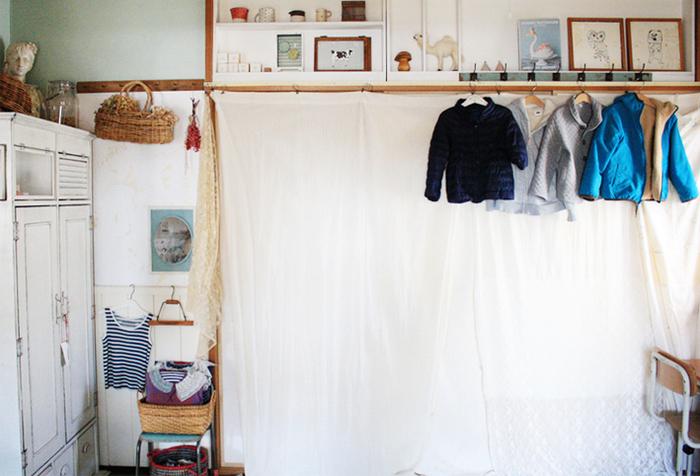 襖の代わりにカーテンを取り付けて。白のカーテンなら、圧迫感もなくお部屋に溶け込んでくれます。レースやリネン、コットンなど、さまざまな素材を組み合わせて作っているのもさりげなくてかわいいですね。