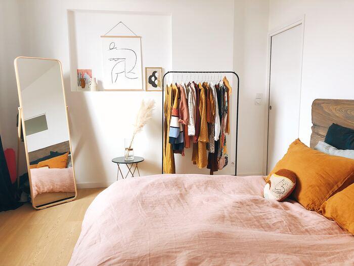 ミラーを置いて空間を広く見せるのは、店舗などでも利用されているテクニック。洋服のコーディネートをチェックするなど実用性もあるので、お部屋にあると一石二鳥です。