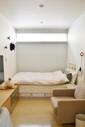 お部屋の真ん中にスペースがあくように、奥にベッドをレイアウトし、ソファとテレビを対面でコの字に配置したレイアウト。空間に視覚的な「抜け」を作ることで、開放的な雰囲気を演出できます。