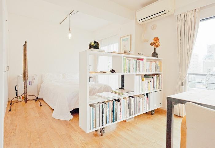 ワンルームでも、リビングとベッドスペースをゆるやかに分割して区切ると、まとまりのあるインテリアの中にもメリハリが生まれます。壁や大きな家具でしっかりと区切ってしまうと圧迫感が出るので、ゆるやかに空間を分けるのがコツです。