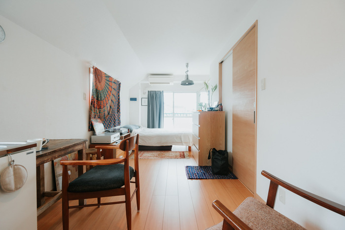 床にモノがたくさん置いてあると、それだけでごちゃごちゃとしてお部屋が狭く見えてしまいます。床にモノを置かないように、家具選びをするのがおすすめです。