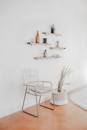 白は光を反射し、お部屋の中を広く明るく見せてくれる効果があります。シンプルでまとまった印象になりやすいので、ミニマルなインテリアが好きな方におすすめです。