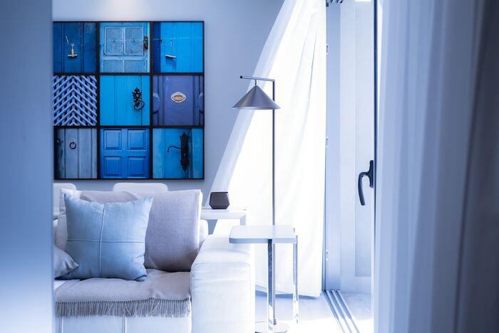 青は色を遠くに見せる効果がある色。カーテンや壁などに効果的に使うことで、さわやかで奥行きのあるお部屋にすることができます。色の濃淡をつけるとよりおしゃれです。