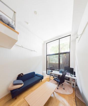 ローテーブルや背の低いソファなど、ロータイプの家具は、重心が下がり、空間が広く見えます。