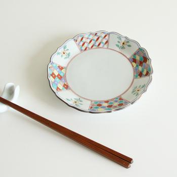 直径15㎝の赤小紋取皿は、縁が少し高くなっているので煮物など汁気のある料理も盛りやすいのが特徴です。料理の取り皿としてはもちろんのこと、サラダやデザートを盛る器にもぴったり。華やかな絵付けが美しい九谷焼の絵皿は、お正月などハレの日の器にもぜひおすすめです。