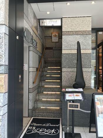 銀座駅から徒歩1分、座STONEの2階にある「銀座ぶどうの木」はできたての美味しさをいただけるアシェット・デセール専門店。お店で食べるからこその贅沢な味わいを楽しめます。