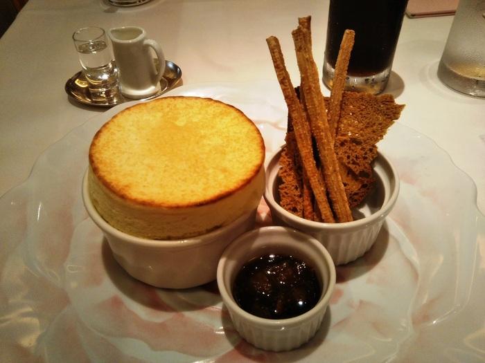 人気の「スフレ・オ・フロマージュ」。チーズの香りが香ばしいサクサクの表面にスプーンを入れると、中からは熱々とろとろのグリュイエールチーズが!ひかえめな甘さとチーズの豊かな風味が絶妙で、至福のひと時を楽しめます。