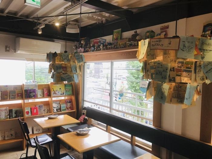 中目黒駅から徒歩9分の「PEANUTS Cafe」は、人気キャラクターのスヌーピーでお馴染みのアニメ「PEANUTS」をモチーフにしたカフェ。店内は壁から天井までPEANUTSのキャラクターでいっぱい♪スヌーピー好きや可愛いもの好きな方にはたまらない空間です。