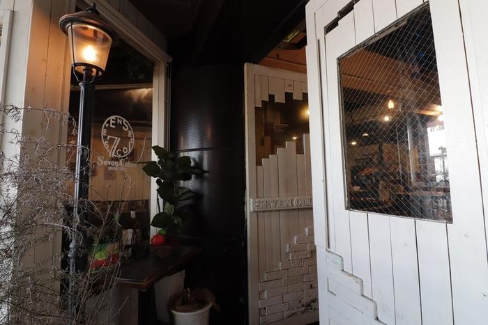 下北沢駅から徒歩3分のところにある隠れ家カフェ&バールの「セブンカラーズ」。ゆったりと落ち着いた空間で食事が楽しめると人気のお店です。夜遅くまで営業しているので、飲み会の〆や仕事帰りの寒い夜にホッと癒されたい時にもぴったり。