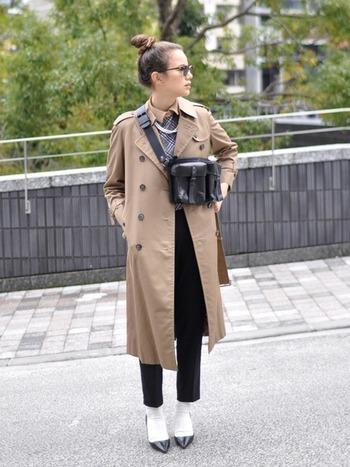 秋に着たくなるアウターの定番と言えば、トレンチコートと答える人も多いのではないでしょうか。中でもベージュは、どんなコーデにも馴染みやすくて使いやすいカラー。 ちょっぴり辛口テイストのコーデにベージュのトレンチを羽織れば、女性らしいエッセンスがプラスされフレンチシックな装いが完成します。