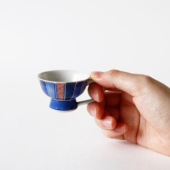 徳利と一緒に揃えたいのが、同じ把手付きの可愛い盃です。藍色をベースにした落ち着いた絵柄と、ティーカップのようなモダンなデザインが印象的です。