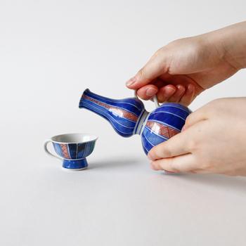 それぞれ単品使いも素敵ですが、こんなふうにセットで揃えるとよりおしゃれな雰囲気を演出できますよ。職人さんがひとつひとつ丁寧に絵付けをほどこした美しい徳利と盃は、日本酒が好きな方への贈り物にもおすすめです。