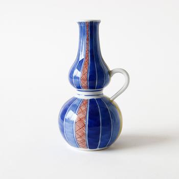 次にご紹介するのは、石川県・能美市にある老舗の窯元、「上出長右衛門窯(かみでちょうえもんがま)」の美しい器です。こちらは伝統のひょうたん型の徳利に、把手を付けた可愛らしいデザインの九谷焼。酒器としてはもちろんのこと、一輪挿しやインテリアとしても楽しめるおしゃれな逸品です。