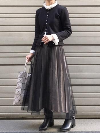 なかなかコーデが難しいチュールのスカート。モノトーンで着こなせばぐっとシックでモードなスタイルに。そんなコーデにどこか親しみやすさを覚えるのはカーデを着ているおかげ。