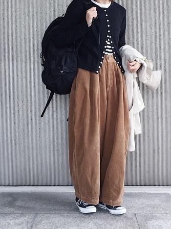 ワイドなコーデュロイのパンツに、定番ボーダーTとカーデを合わせて。カジュアルなのにきちんと感があるのはカーデのおかげ。
