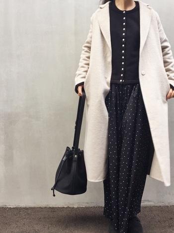 白いコートを羽織るなら、他は全て黒で統一し可愛すぎを防止。そんなとき黒カーデにありがちな重さを軽減してくれるのがこのカーデの魅力。並んだボタンがコーデの素敵なスパイスに。