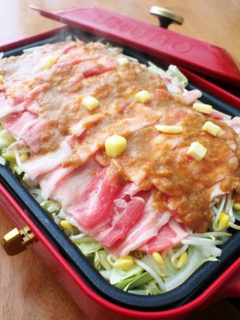 こちらも作り方は同様の、ホットプレート蒸し鍋味噌バターバージョンです。濃いめの味でご飯が進みます♪〆は焼き飯でどうぞ!
