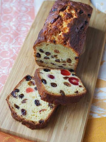 ラム酒漬けのドライフルーツをたっぷり入れ、ケーキの表面にもラム酒を塗ったパウンドケーキ。ラム酒の香りが口いっぱいに広がりますよ。フルーツのアクセントも効いています。