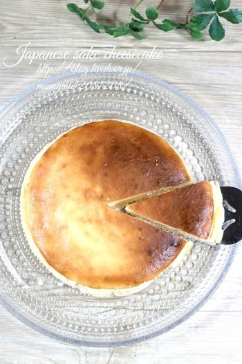 スイーツに日本酒の組み合わせって合うの!?と思われた方。実はチーズケーキと相性抜群なんです♪材料を一つずつ混ぜるだけで、簡単に作れるレシピです。酒粕の香りが特徴的で、お酒好きにもきっと喜ばれますよ!