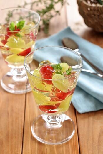 赤と緑のぶどうがまるで宝石のよう!見た目が鮮やかなゼリーです。レモンと白ワインでさっぱり食べられて、食後のデザートにもぴったり。甘いものが得意じゃない人にもおすすめです。