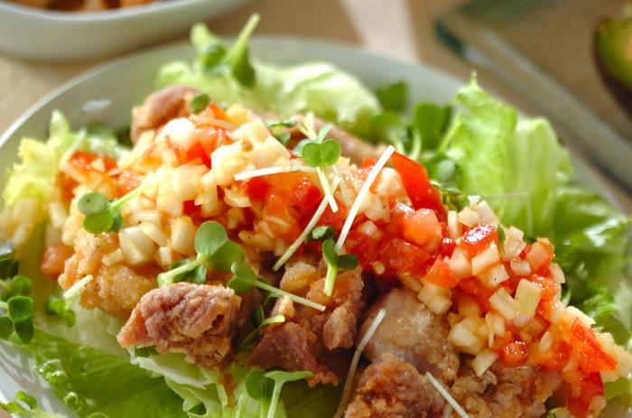 トマトと玉ねぎのドレッシングにはカレー粉とナンプラーを入れて、エスニック風に。鶏もも肉は一枚の状態で揚げるので、お肉のボリューム感が出て満足感も抜群です。