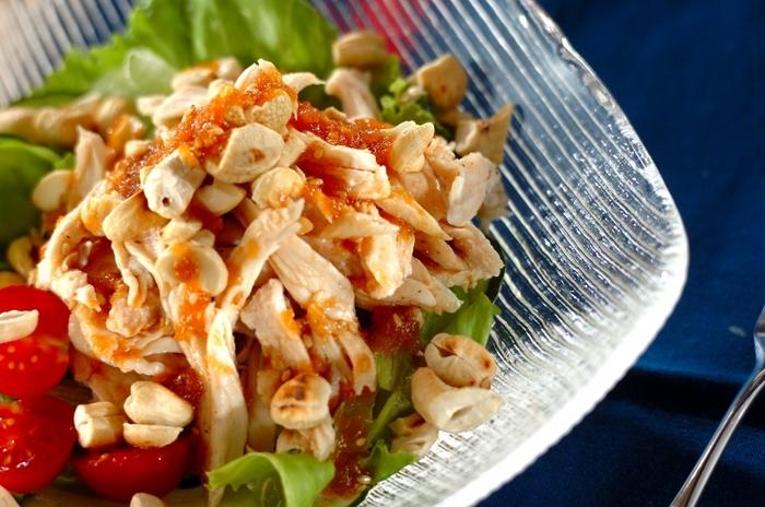 しっとりとした鶏肉にカリカリナッツの食感が楽しいボリュームサラダです。ナッツは軽く炒ってからみじん切りにしているので、香ばしさも感じさせてくれます。体に良い素材ばかりを使ったヘルシーなサラダです。