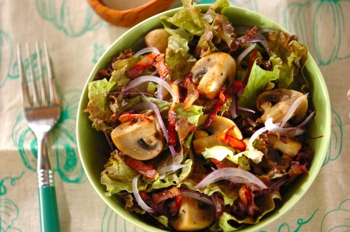 あえて大きめにカットしたマッシュルームがデリ風でとても素敵なシーザーサラダです。同じ素材を使っても、カットの仕方を変えるだけで食感も変わり、食べたときの感動も変わります。