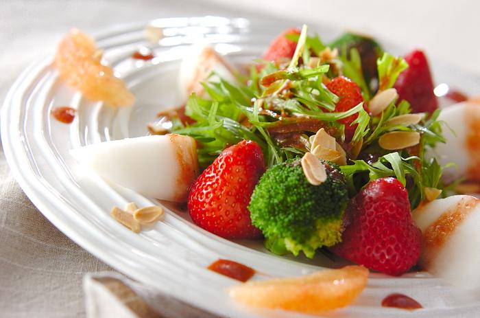 まるごとのいちごが入るフルーツサラダは、見た目のインパクトが大きいので、ホームパーティーにもおすすめ。ドレッシングにも裏ごししたいちごを入れて、存分にいちごの美味しさを堪能できます。