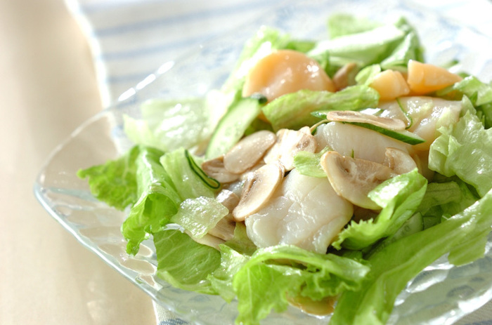 しっとりとしたホタテをたっぷりとアレンジしたシンプルなサラダです。ほんのり酸っぱいドレッシングをかけていただけば、贅沢な舌触りを存分に堪能できます。