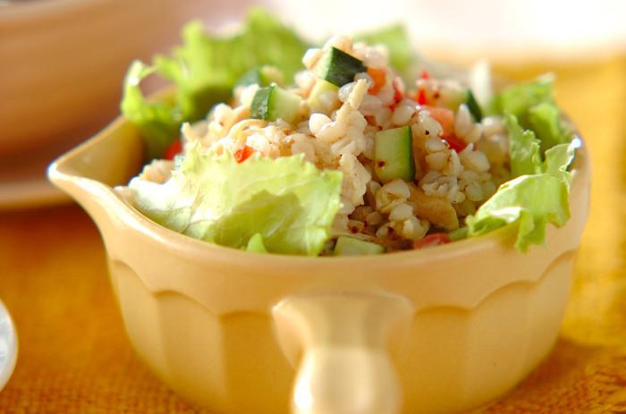 茹でたそば米をたっぷり入れたプチプチとした食感が面白いユニークなサラダです。一緒に和える野菜はカットする大きさを統一すると、食べやすく、見栄えよく仕上がります。