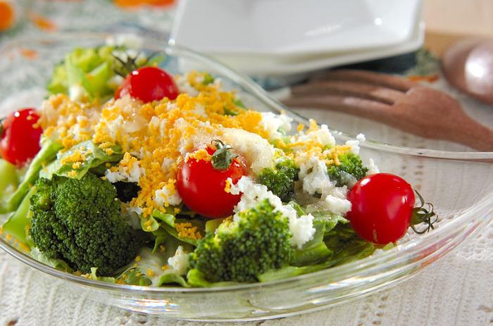 ゆで卵の黄身と白身をわけて裏ごしするミモザサラダ。細かくした卵がたっぷりとかかって、サラダのどこを食べても美味しそう。トマトが可愛いアクセントになっています。