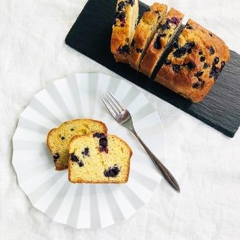 ホットケーキミックスで作るお手軽ケーキ。冷蔵庫でじっくり寝かせることで、美味しさが増します。ブルーベリーのジューシーさもgood!