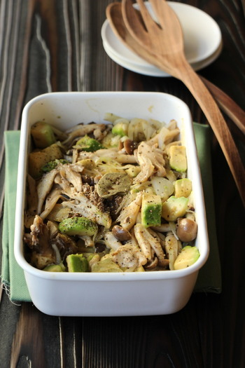 めんつゆを使った和風ベースのアボカドときのこのサラダです。きのこは何種類か混ぜて使うと、味に奥行きが出ます。アボカドは食感を残すくらいにカットすると、美味しくなります。