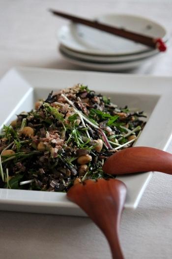 ひじきに大豆にごま、ツナやきゅうりも一緒に和えて栄養バランスの良いヘルシーサラダに仕上げています。めんつゆとポン酢、ごま油で作ったドレッシングも和風の素材とよく馴染み、たっぷり食べたくなるサラダになりました。
