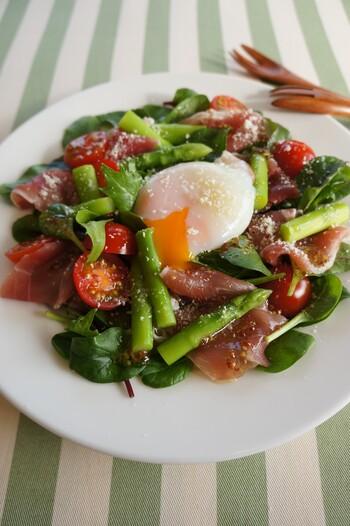 温泉卵に粉チーズとブラックペッパーを振りかけて、全体にからめていただきます。とろりと濃厚な黄身が野菜とハムを上手にまとめてくれます。