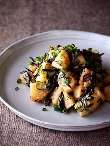 ひじきときゅうり、じゃがいもを合わせた和風のポテトサラダです。最後にブラックペッパーを振ることで、味をしっかり引き締めています。黒い色合いがきれいなので、お弁当のおかずとしてもおすすめです。