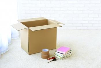 引っ越しの際には、旧居・新居ともに挨拶に伺うのが基本です。その際には小さな手土産を用意するといいですね。ギリギリになって慌てないように、事前に準備できることはできるだけ早めにしておくよう気を付けましょう。