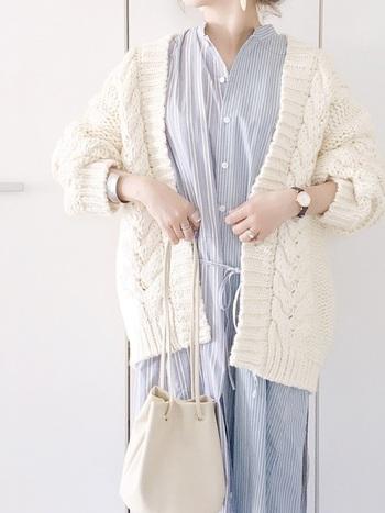 爽やかな水色のストライプシャツには、真っ白なカーデがお似合いです。バッグも白にして、清潔感溢れるコーデに。ポイントは、アクセサリー使い。こなれ感と女性らしさが加わってよりおしゃれに。