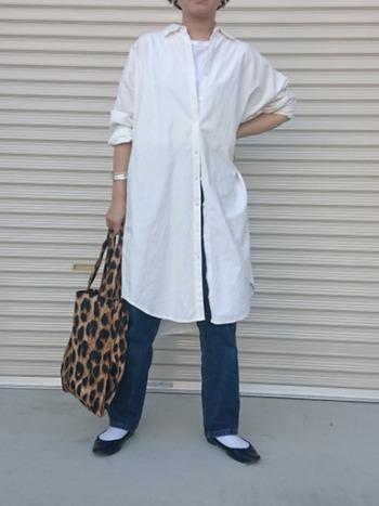 着回し力の高い白シャツワンピースはデニムを合わせて爽やかカジュアルに。ヒョウ柄のトートバッグでアクセントを入れて自分らしさも忘れずに。