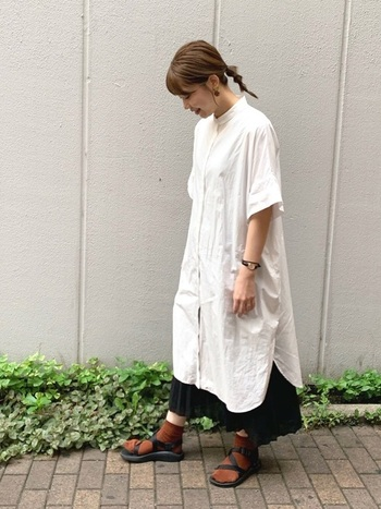 定番のシャツワンピースよりもやや長いプリーツスカートを重ね、重ねたシルエットとスカートとのコントラストを楽しんでみましょう。足元はソックス+スポサンで軽快に。