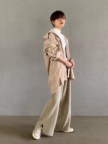 裾が広がって重くなりがちなワイドパンツ+オーバーサイズのシャツジャケットも、明るいベージュや白のスニーカーを選べばOK! 全体がバランスよくまとまります。