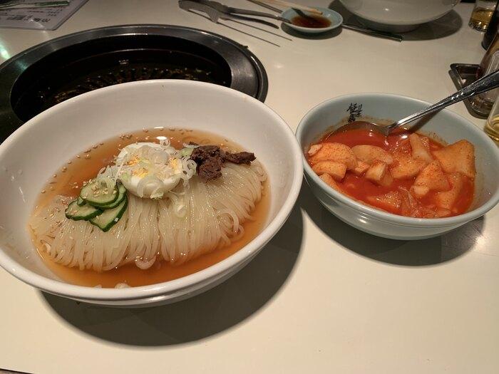 冷麺ならではのモチモチ食感がいきた「盛岡冷麺」。焼肉の〆にぴったり。辛み&酸っぱさを添える、自家製キムチもご一緒にどうぞ。