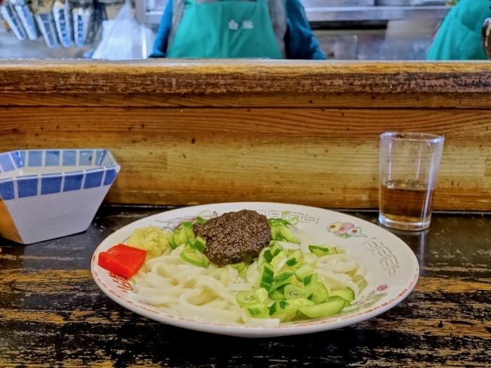 じゃじゃ麺の名店、「白龍(パイロン)」。先ほど「食道園」は元祖盛岡冷麺のお店とお伝えしましたが、対して「白龍」は元祖じゃじゃ麺のお店として、知られています。  行列必至ですが、老舗の味をぜひ味わってみてください。
