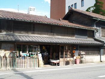 竹籠、箒など、古き良き時代の生活雑貨を販売する「ござ九・森九商店」。  江戸や明治時代の建物のつくりで、味わい深い店構え。盛岡市の保存建造物になっていますよ。