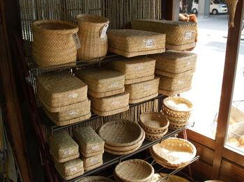 写真下のほうにある「盆ざる」も、有名な竹細工。  華やかさはありませんが、手仕事による用の美で魅了しますよ。お店の前を通るのであれば、店内にも寄りたいお店です。
