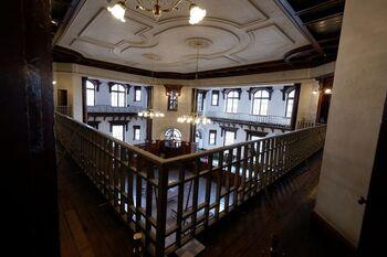 1911年、旧盛岡銀行本館行舎として竣工された建物で、2012年に銀行としての営業終了、そして修理工事を経て、2016年、一般公開にいたりました。  館内での催しものが多いのも特徴的です。なかには子供が楽しめる企画も。  ぜひ観光時は「岩手銀行 赤レンガ館」に立ち寄ってみてくださいね。