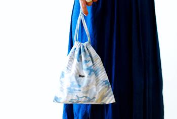 ブルーのカモフラージュ柄はコットン素材で雰囲気が少し異なります。男女を問わず使いやすいデザインです。