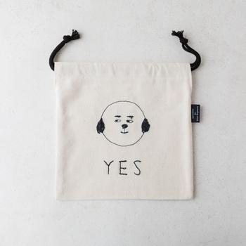 ミシン刺繍家sennokotoさんの刺繍が施された巾着です。コットン生地に刺繍された何とも言えない味わいのある犬がほっこりさせてくれます。